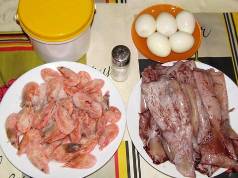 ингредиенты для салата с кальмарами и креветками