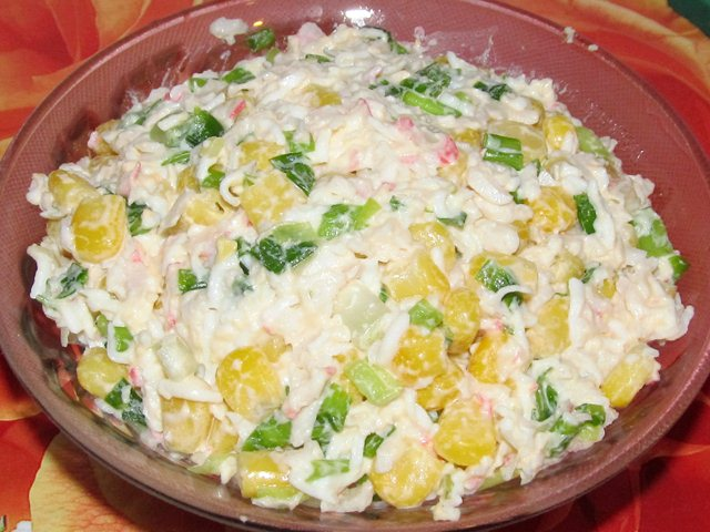 Крабовый салат с кукурузой и зелёным