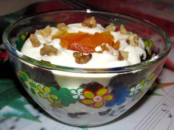 готовый десерт с черносливом грецким орехом и сметной фото