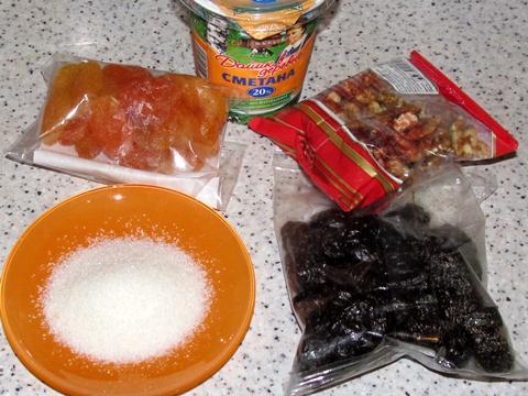 Ингредиенты для десерта со сметаной черносливом орехами и курагой