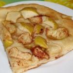 Открытый дрожжевой пирог с яблоками
