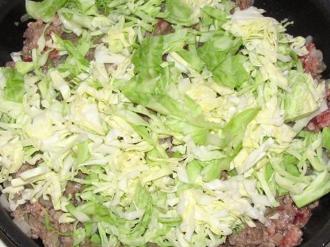 капуста с фаршем на сковородке