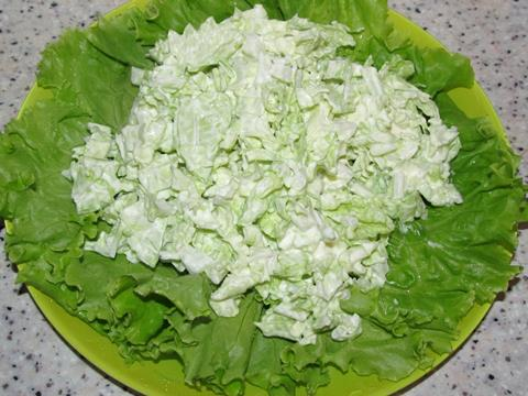 листья салата и капуста с майонезом