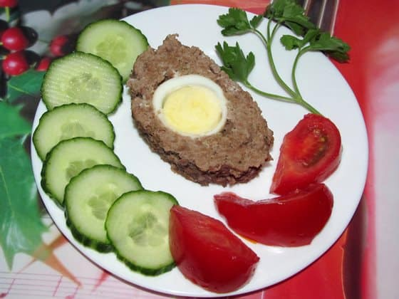мясной рулет с яйцом готов