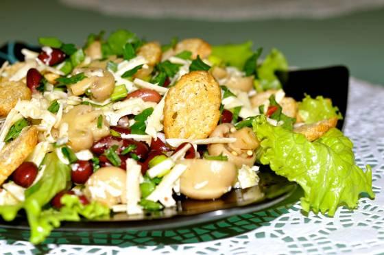 салат с сухариками грибами и фасолью