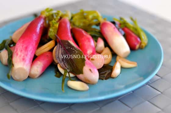 Редис,  квашеный с овощами ,  специями и чесноком