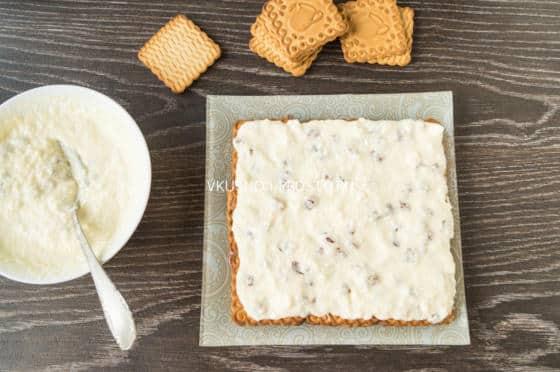 Торт из печенья с творогом и изюмом (без выпечки)