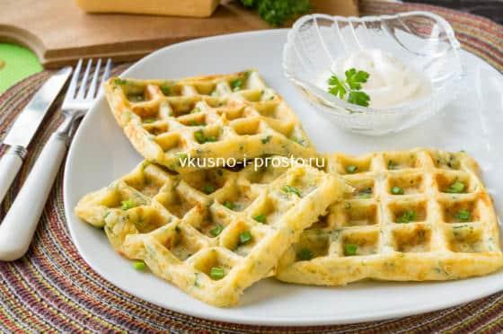 несладкие вафли с сыром и зеленью
