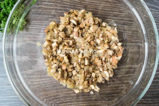 выкладываем грибы с луком в пиалу