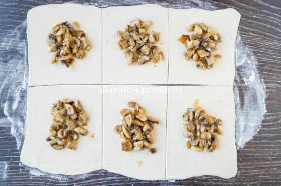 выкладываем на тесто грибы с луком