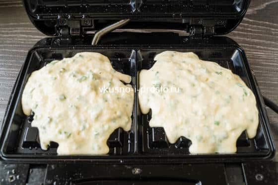 выкладываем тесто на вафельницу