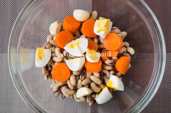 добавляем вареное яйцо