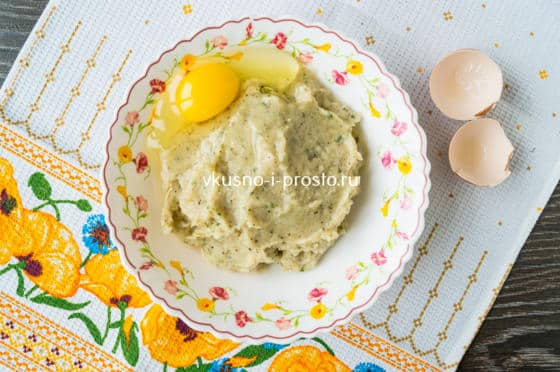 добавляем в фарш яйцо