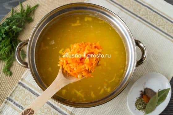 добавляем морковь с луком