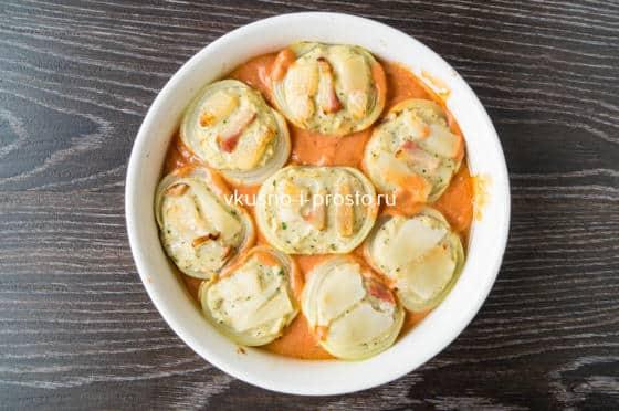заливаем лук томатным соусом