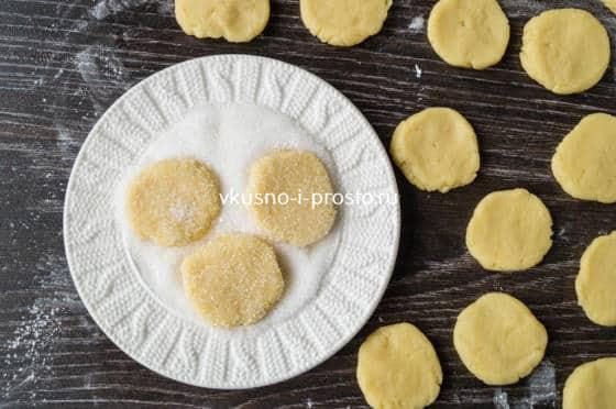 обмакиваем печенье в сахаре