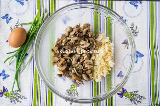 смешиваем лук с грибами