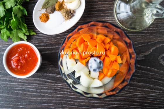 смешиваем овощи в чаше блендера