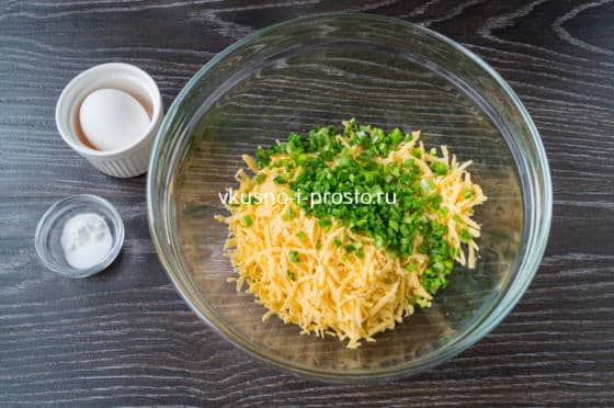 смешиваем сыр и лук