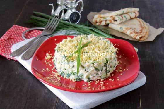 Салат с зеленым луком, сыром, свежими огурцами и яйцами вкрутую