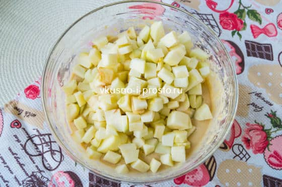 добавляем в тесто яблоки