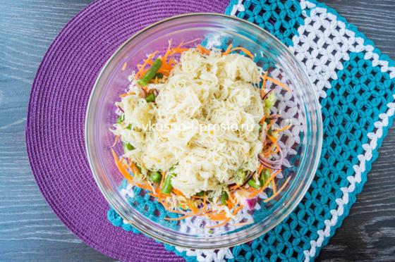 добавляем лапшу в салат