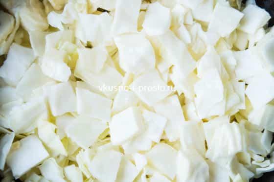 добавляем порезанную капусту