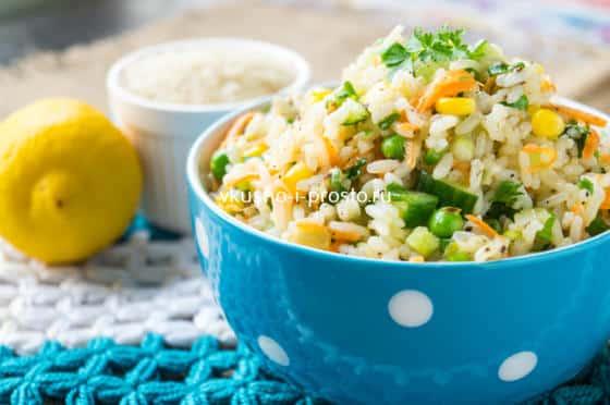 постный салат из риса и овощей