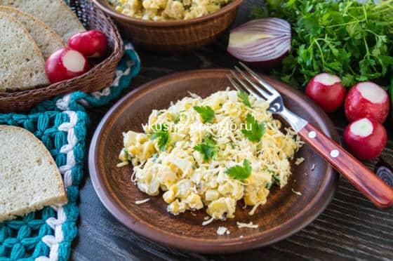 салат с кукурузой и кальмаром