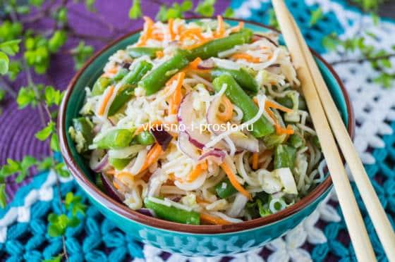 салат с лапшой и овощами