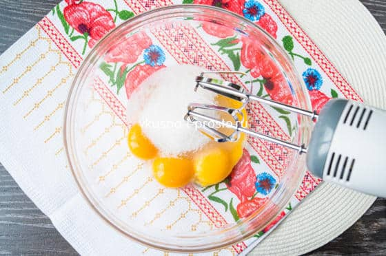 смешиваем желтки с сахаром