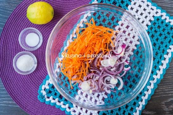 смешиваем морковь и лук