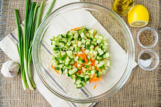 смешиваем морковь с огурцом