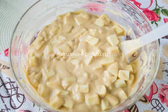 смешиваем тесто с яблоками