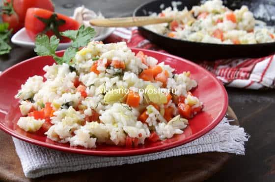 Готовый рис с овощами на сковороде