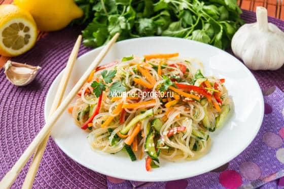 Салат с овощами  и фунчозой