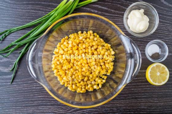 высыпаем в салатник кукурузу
