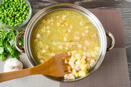 добавляем грудинку с овощами в бульон