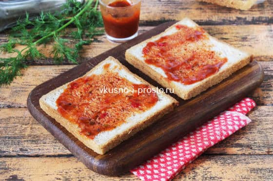 Смазываем хлеб аджикой