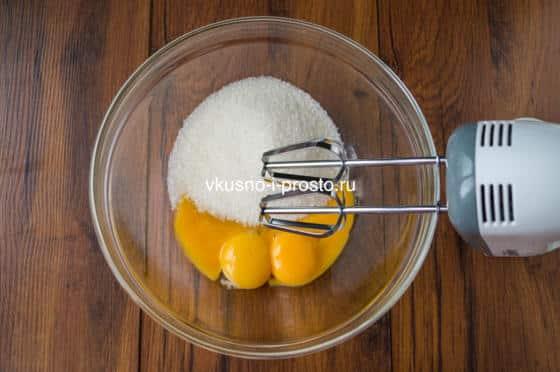 взбиваем сахар с желтками