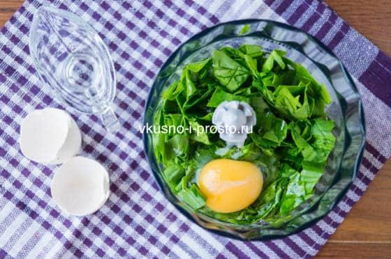смешиваем шпинат с яйцом
