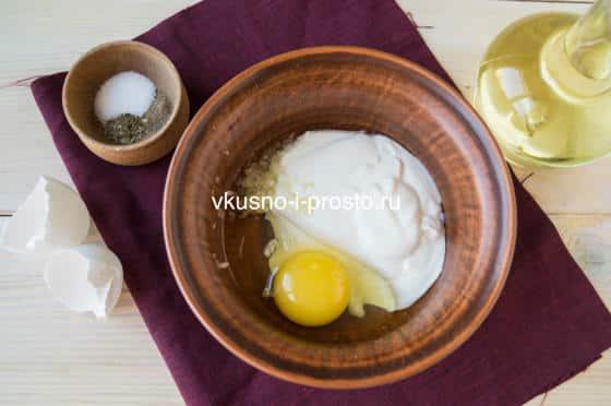 смешиваем яйцо, сметану и чеснок