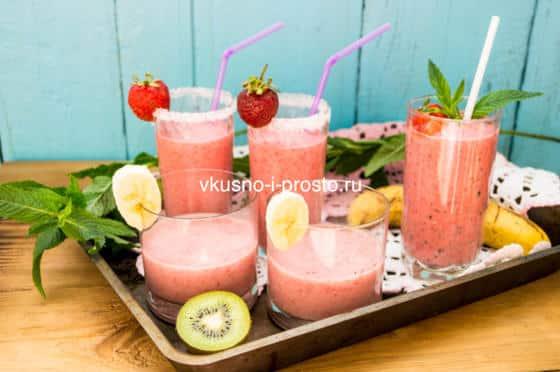 смузи с клубникой и фруктами