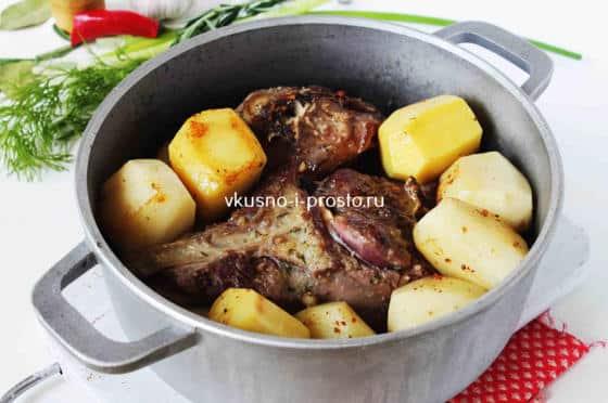 Добавляем картошку к баранине