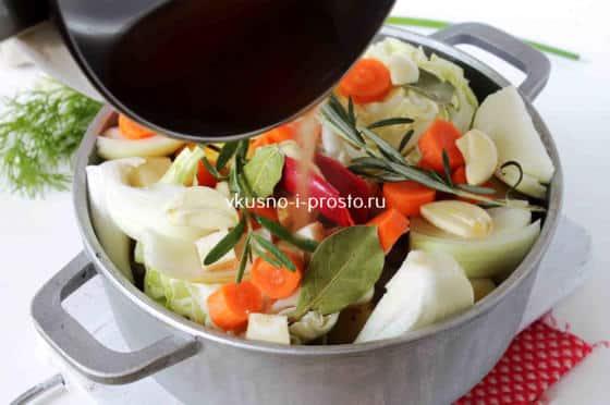 Заправляем водой и томатной пастой