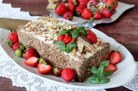 Торт,  украшенный мятой и клубникой