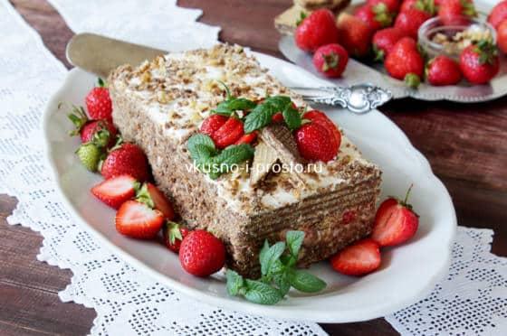 Торт из вафель с клубникой и сметанным кремом