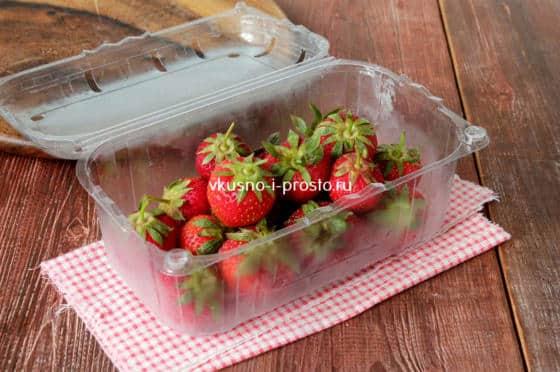 убираем ягоды в контейнер
