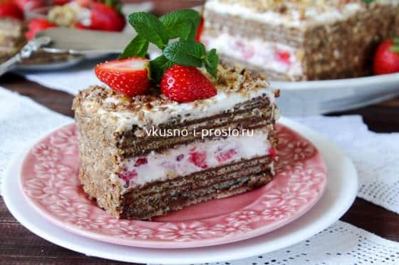 Кусок вафельного торта с клубникой