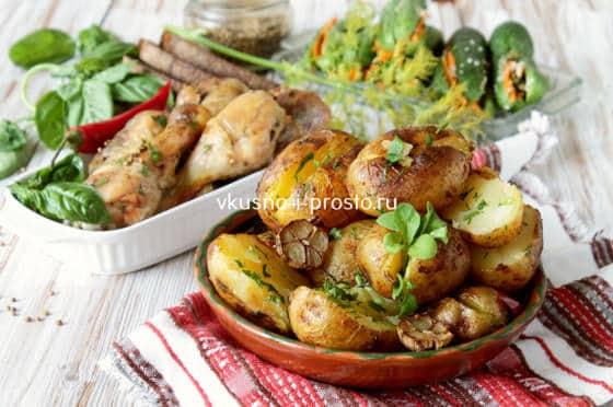 Молодой картофель с курицей в духовке